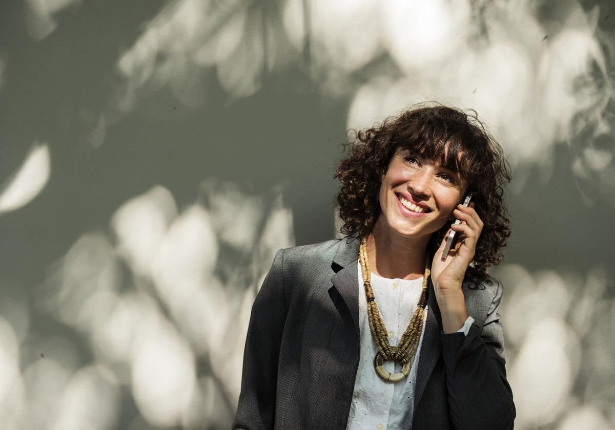 Un teléfono de contacto del país
